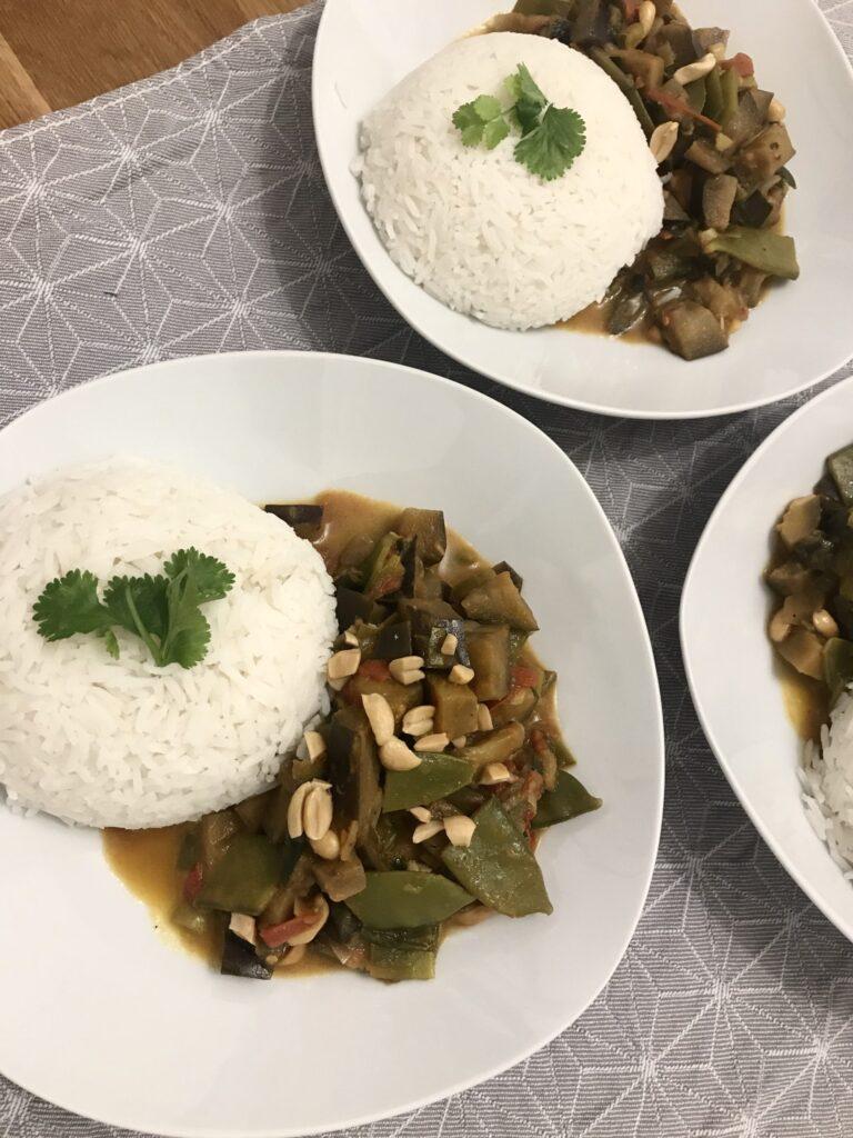 Drei Curry angerichtet