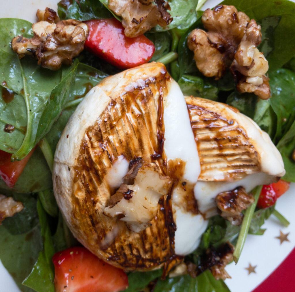 Salat mit Ziegenkäse closeup