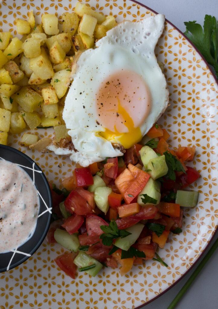 Kartoffelwürfel mit Salat