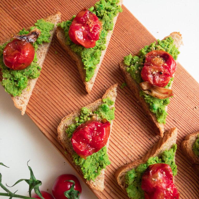 Read more about the article Wie macht man: Knuspriger Toast mit Erbsencreme, Tomaten und Knoblauch
